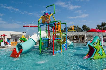 KUSADASI, Türkei - 21. AUGUST 2017: Bunte Kunststoffrutschen im Aquapark. Wasserspielplatz für Kinder.