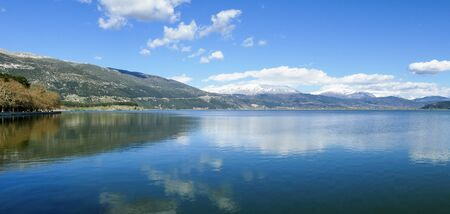 Panoramic view to the lake Pamvotis in Ioannina city, Epirus Region, Greece 免版税图像