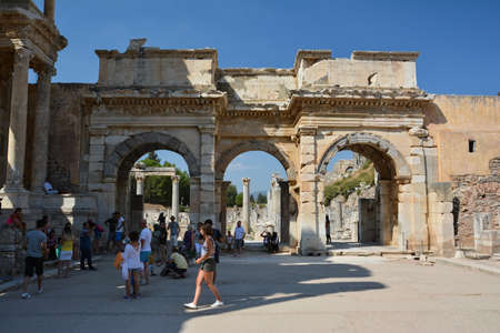 EPHESUS, TURKEY - AUGUST 16, 2017: Celsus Library in Ephesus ancient city, Selcuk, Turkey. Gate of Mazeus. Редакционное