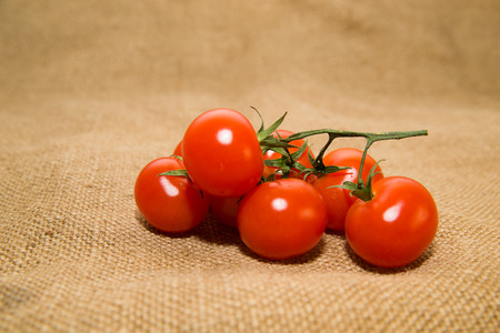 fascicule: Bunch of cherry tomatoes on old cloth