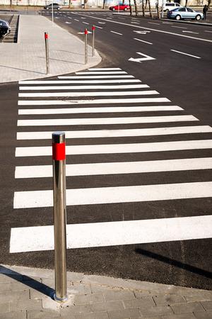 crosswalk: Marcas del paso de peatones pintados con pintura blanca sobre el asfalto en la ciudad