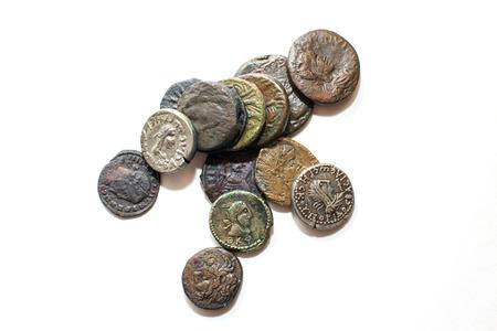 monedas antiguas: Una gran cantidad de monedas antiguas con los retratos de los reyes sobre un fondo blanco