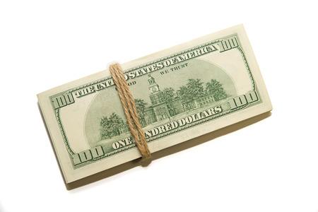 proceeds: Un paquete de billetes de d�lares estadounidenses sobre un fondo blanco