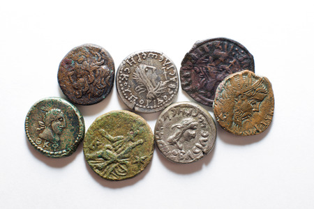 oude munten: A lot of old  coins with portraits of kings on a white background