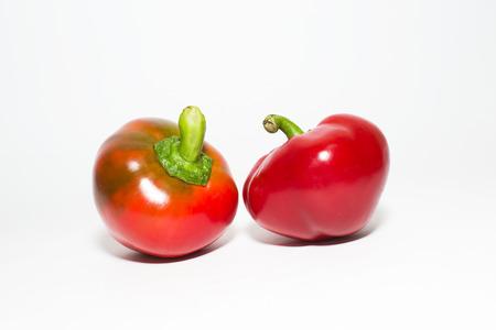 aliments: Deux poivrons sur un fond blanc