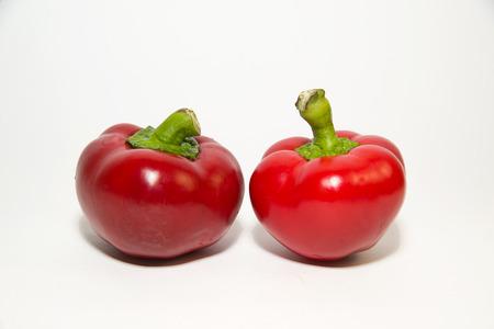 aliments: Deux poivrons rouges sur un fond blanc