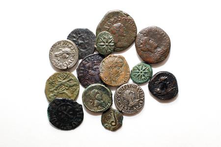 monete antiche: Un sacco di vecchie monete con ritratti di re su uno sfondo bianco
