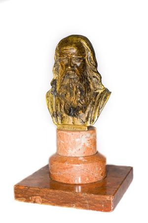 descubridor: Bronce Busto de un brillante cient�fico Leonardo Da Vinci en un fondo blanco Foto de archivo