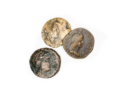 monete antiche: Un sacco di vecchie monete con i ritratti di re su uno sfondo bianco