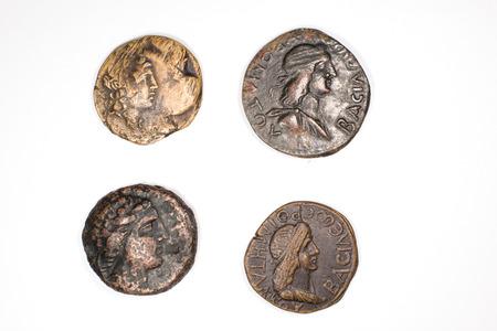 monedas antiguas: Una gran cantidad de monedas antiguas con los retratos de reyes sobre un fondo blanco