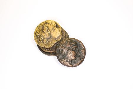 monete antiche: Quattro vecchie monete con ritratti di imperatori su uno sfondo bianco