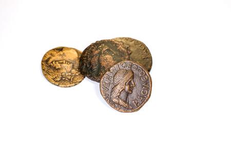 monedas antiguas: Cuatro viejas monedas con los retratos de los emperadores en un fondo blanco