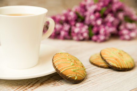 tipple: A cup with a drink and chocolate chip cookies on the table Stock Photo