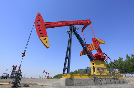 oilwell: Beam pumping unit, also called a crank balanced beam pumping unit, the beam pumping unit, refers to the beam, through linkage reversing, crank weight balanced pumping unit, commonly known as KeTouJi.