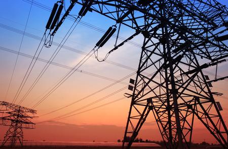 cables electricos: La noche del contorno pilón, es muy hermosa Foto de archivo