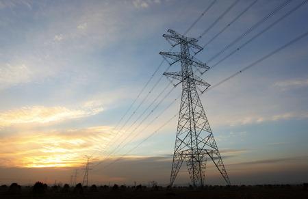 redes electricas: La noche del contorno pil�n, es muy hermosa Foto de archivo