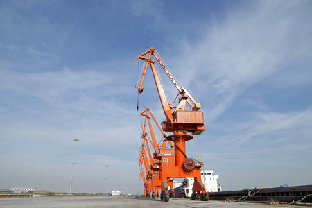 unloading: Port gantry crane, used for loading and unloading of goods
