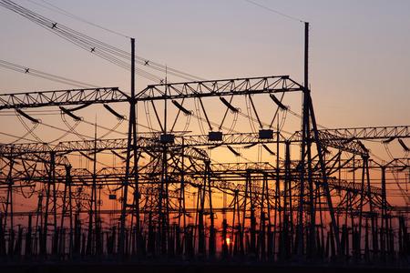 redes electricas: subestaci�n de distribuci�n de energ�a en la noche Foto de archivo