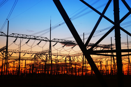 electricidad: La silueta de la noche de transmisi�n de electricidad pil�n