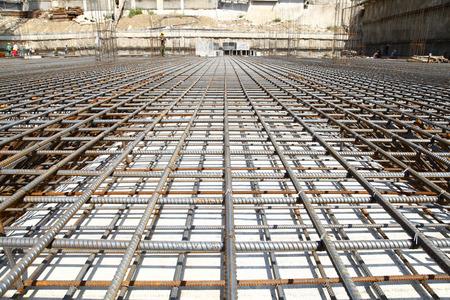 Arbeiter auf der Baustelle machen Verstärkung Metall Rahmen für Beton Gießen Standard-Bild - 44512818