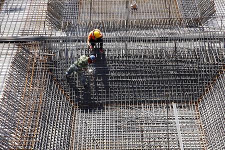 metales: trabajador en la estructura metálica de refuerzo toma de emplazamiento de la obra de hormigonado Foto de archivo