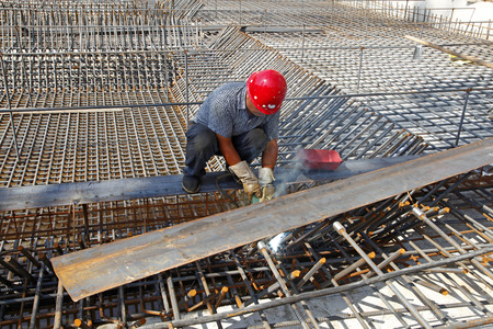 The welding worker in the construction site making reinforcement metal framework for concrete pouring Stockfoto