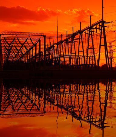 redes electricas: La silueta de las subestaciones de alta tensi�n de la tarde