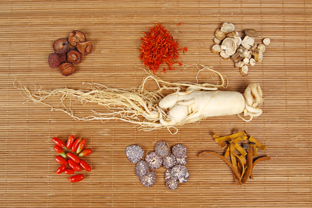 traditional chinese medicine: Traditional Chinese medicine and ginseng, close-up Foto de archivo
