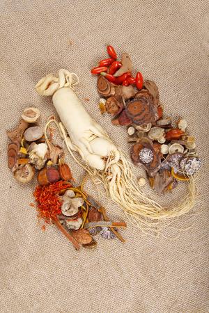 medicina tradicional china: La medicina tradicional china y ginseng Foto de archivo