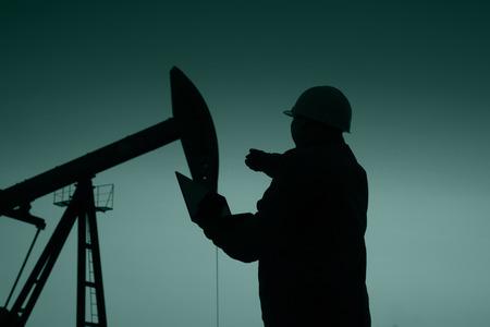 taladro: campo petrolero, los trabajadores petroleros están trabajando
