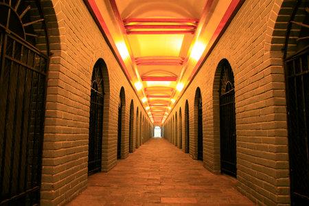 Korridor unterirdischen Weinkeller Editorial