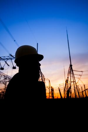 Elektriker und Pylon Silhouette Standard-Bild - 75309708