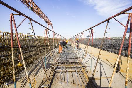 Dans le chantier de construction, les travailleurs de soudage au travail