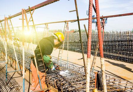 Trabalhadores de soldagem no trabalho na área de construção Foto de archivo - 81092847