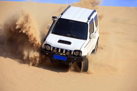 砂漠でSUVが運転していた。 写真素材