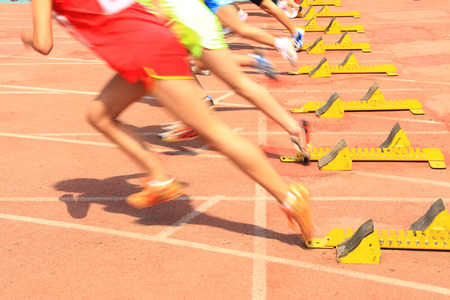 Réunion sportive, le sprint de l'athlète commence