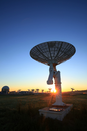 The observatory's radio telescope in the morning, the silhouette of the radio telescope 免版税图像 - 107078789
