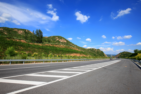 Highway under the blue sky and white clouds Banco de Imagens