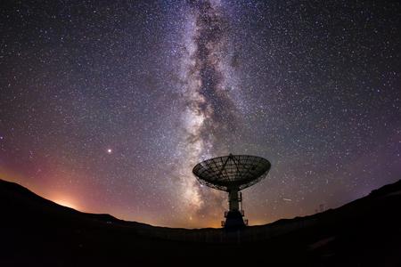 Les radiotélescopes et la Voie lactée la nuit