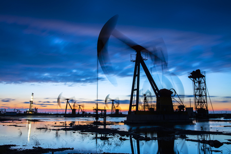 Oil field site in the evening Stockfoto