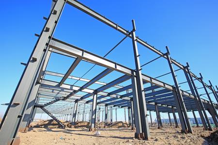 Na placu budowy trwa budowa konstrukcji stalowej