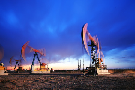 In the evening, the silhouette of the oil pump Imagens