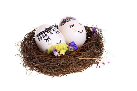 Oeufs peints dans le nid