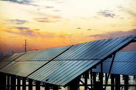 Paneles solares fotovoltaicos por la noche.