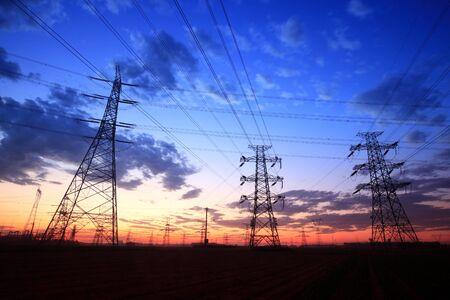 Die Silhouette des Pylons, der Pylon am Abend