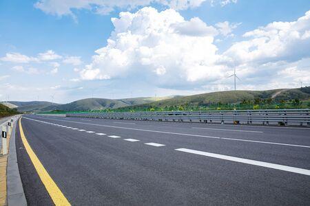 Carreteras, cielos azules y nubes blancas