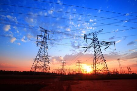 Het silhouet van de pyloon, de pyloon in de avond