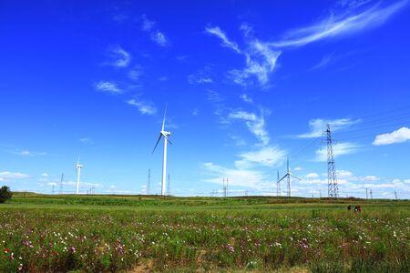 Las turbinas eólicas están en la pradera Foto de archivo
