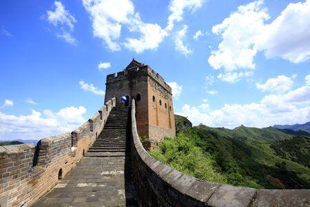 Die Große Mauer liegt in China. Die Große Mauer ist unter blauem Himmel und weißen Wolken