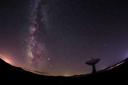 Radio telescopes and the Milky Way at night Banque d'images